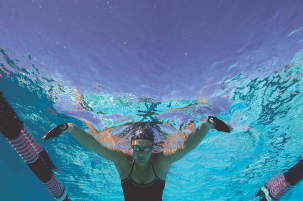 Palette per allenamento dei nuotatori Sviluppano la sensibilità all'acqua Senza elastico La forma ergonomica è modellata alla perfezione per adattarsi al contorno naturale della mano Pressione costante sul palmo La paletta rimane adesa alla mano se il nuotatore mantiene la pressione sull'acqua durante l'esecuzione della bracciata Aumentano la percezione del ritmo delle bracciata La forma convessa incoraggia i nuotatori a ottenere una migliore trazione Adatte a tutti e 4 gli stili di nuoto Queste palette versatili funzionano per Stile Libero, Dorso, Rana e Farfalla In più assolvono la funzione delle vecchie mezze palette: Lavoro di forza Allena l'avambraccio Sviluppa la memoria muscolare Inducendo sottili cambiamenti in velocita e inclinazione della mano modifica di conseguenza la propulsione e la posizione del corpo Design piccolo e da dita Fornisce un feedback istantaneo se la tecnica di sculling (remata) e scorretta Diminuisce il sovraccarico sulle spalle La dimensione ridotta significa minore pressione sull'articolazione della spalla rispetto alle palette tradizionali